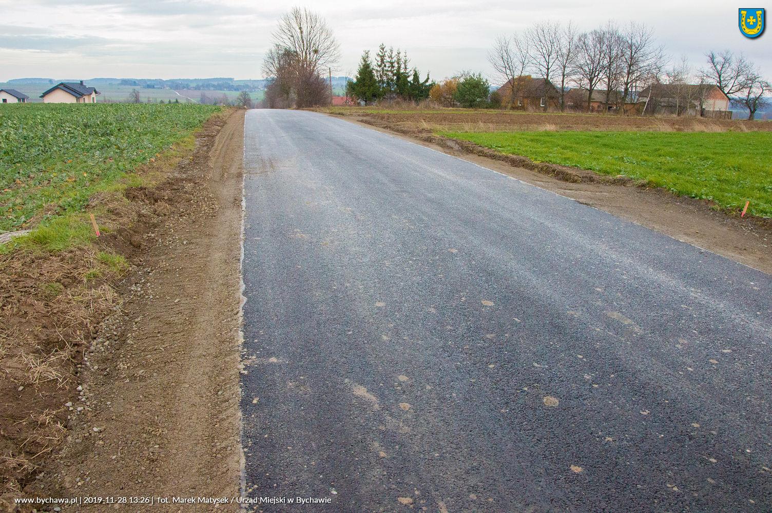 Zakończono przebudowę drogi gminnej w miejscowości Skawinek. Nowy asfalt.