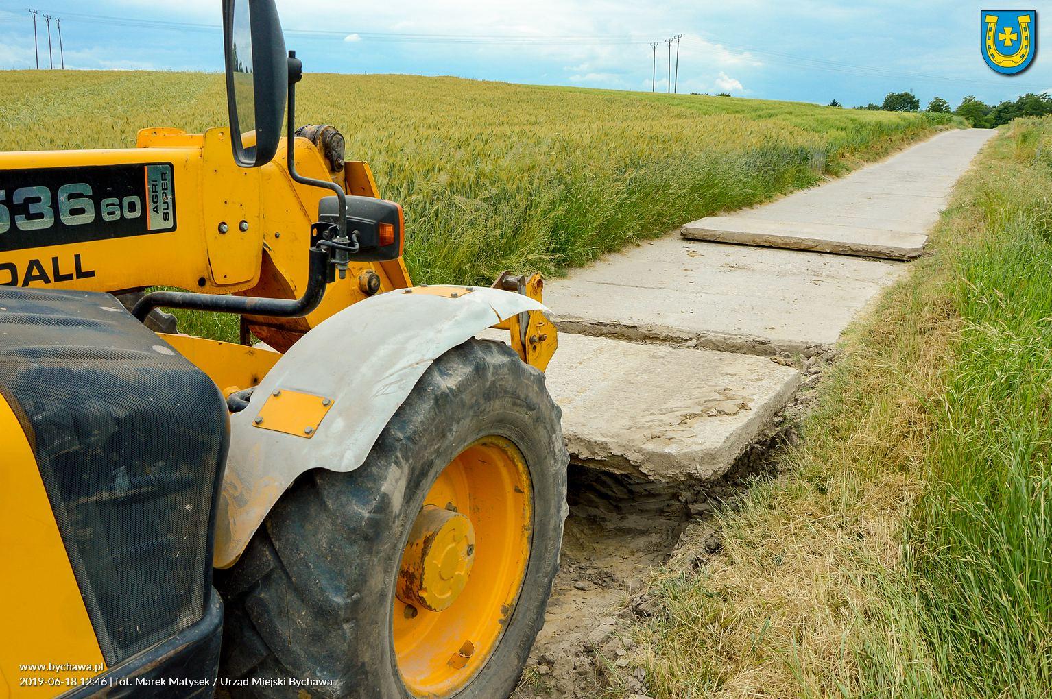 Trwają prace w miejscowości Wincentówek. Zdejmowane są zużyte płyty drogowe stanowiące obecną nawierzchnię drogi
